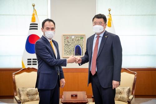 韩副外长崔钟建会见蒙古国副外长蒙赫金