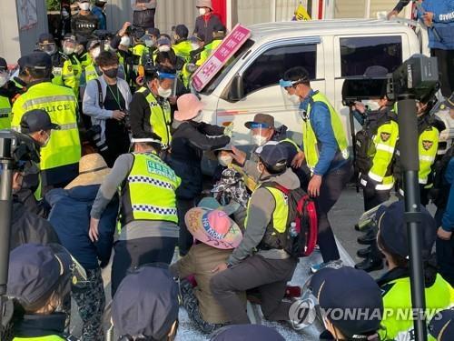 详讯:韩萨德基地运入物资引起警民对峙