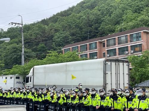 5月18日上午,在庆尚北道星州郡的萨德基地入口,警方开道护送运输车辆进入基地。 韩联社