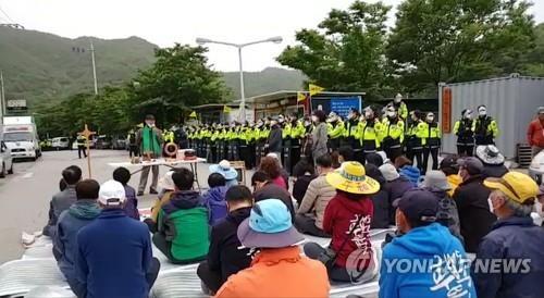 """5月25日,在庆尚北道星州郡草天面韶成里的""""萨德""""基地入口,当地居民静坐示威。 韩联社"""