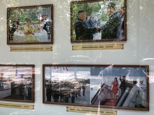 6月1日,在中国北京,朝鲜驻华大使馆宣传栏展出朝鲜国务委员长金正恩2018年三次访华期间拍摄的26张照片。 韩联社