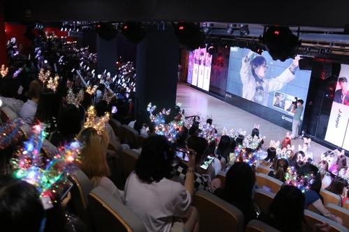 中国粉丝跟唱防弹热曲。 韩联社