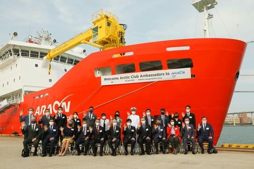 韩外交部邀请北极议会外交团参观破冰科考船