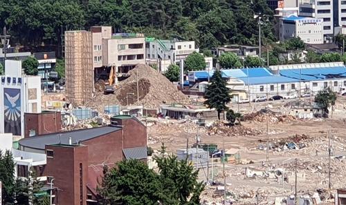 发生倒塌事故的拆迁楼 读者供图(图片严禁转载复制)