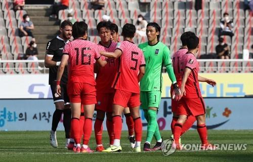 6月13日,在京畿道高阳综合体育场,韩国队球员共同庆祝胜利。 韩联社
