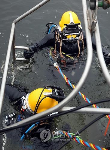 韩美联合举行海难救助演习