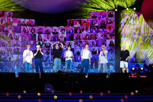 """""""小宇宙""""粉丝见面会上的大屏幕让防弹少年团与歌迷隔空见面。 BIGHIT MUSIC供图(图片严禁转载复制)"""