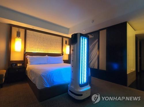 """资料图片:非接触式防疫机器人""""LG CLOi杀菌机器人""""在线上举行的2021""""Best of CES""""活动中进行公开演示。 韩联社/LG电子供图(图片严禁转载复制)"""