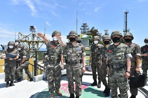韩联参议长视察边防海岛部队检查戒备态势
