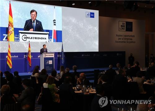 当地时间6月16日,在巴塞罗那,正在西班牙访问的韩国总统文在寅出席经济人协会例行论坛开幕晚宴并发言。 韩联社