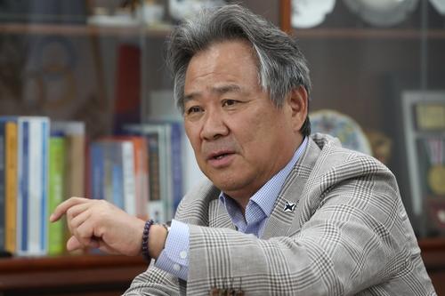 6月16日,在位于首尔市松坡区的大韩体育会会长办公室,李起兴接受韩联社采访。 韩联社