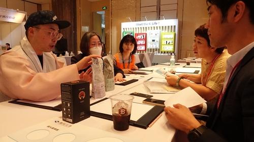 6月23日,在上海朗廷酒店,韩国企业人士与中国客商进行洽谈。 韩联社