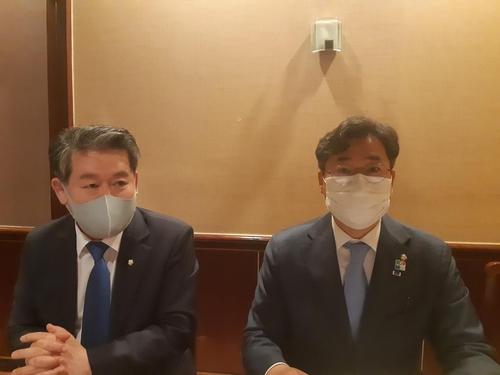 当地时间6月23日,在位于美国华盛顿的一家餐厅,韩国国会和平外交论坛访美团举行特派记者座谈会。图为在座谈会发言的民主党议员金炅侠(左)和朴赞大。 韩联社
