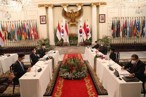 6月25日,在印尼雅加达,韩国外长郑义溶(左一)和印尼外长蕾特诺·马尔苏迪(右二)举行会谈。 韩国驻印尼大使馆供图(图片严禁转载复制)