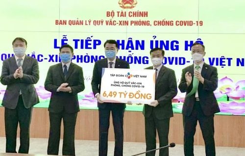资料图片:CJ集团向越南财务部捐赠疫苗基金。 CJ越南公司供图(图片严禁转载复制)