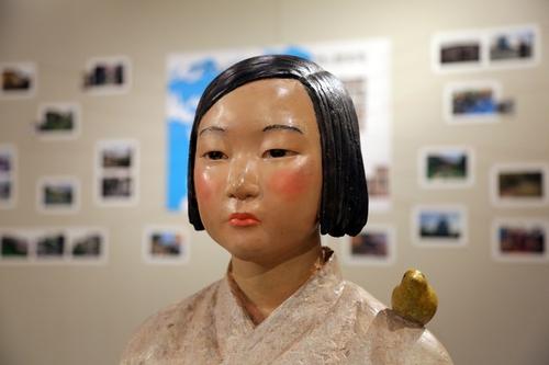 """7月6日,在日本爱知县名古屋市民展馆""""荣"""",象征日军慰安妇受害者的雕像作品""""和平少女像""""亮相展览。 韩联社"""