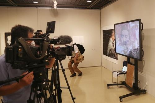 """7月6日,在日本爱知县名古屋市民展馆""""荣"""",大浦信行的作品《拥抱远近》亮相展览。该作品是用1901-1989年期间昭和天皇的图像与其它波普意象杂糅而成的拼贴版画。 韩联社"""