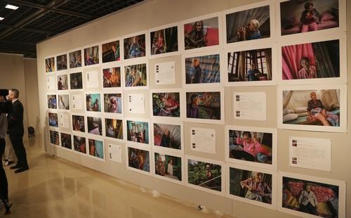 """7月6日,在日本爱知县名古屋市民展馆""""荣"""",多幅日军慰安妇受害者图片亮相展览。 韩联社"""