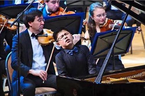 资料图片:2017年,崔长兴在俄罗斯举行的第二届克赖涅夫莫斯科国际钢琴大赛中倾情弹奏。 画报《朝鲜》(图片仅限韩国国内使用,严禁转载复制)