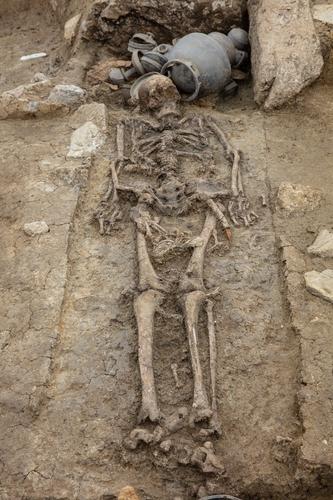 庆州塔洞遗址出土的长身遗骨 韩国文物基金会供图(图片严禁转载复制)