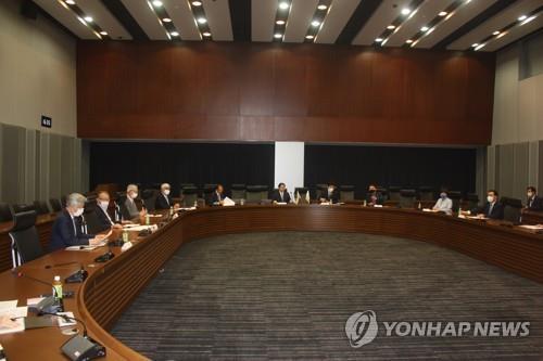 7月14日,在日本参议院议员会馆,韩日议员联盟代表团一行与日韩联盟议员举行会谈。 韩联社