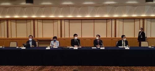 7月15日,在东京帝国酒店,韩日议员联盟代表团一行与韩国特派记者座谈。 韩联社
