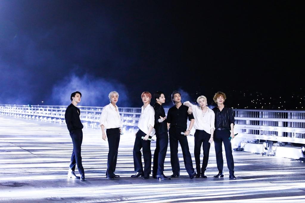 防弹少年团在首尔世界杯大桥演唱热曲《Butter》。 韩联社/BIGHIT MUSIC供图(图片严禁转载复制)