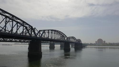 资料图片:从中国丹东瞭望朝中跨境桥梁。 韩联社