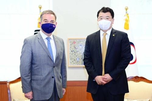 韩副外长崔钟建会见英国外交大臣亚当斯