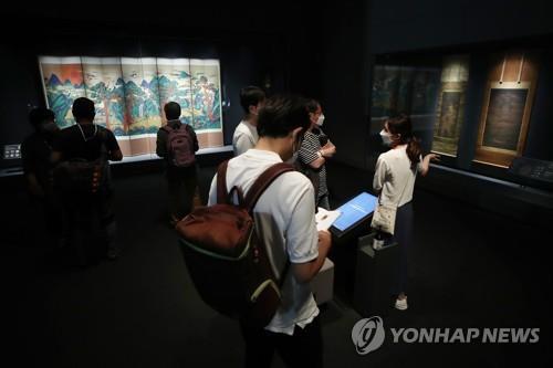 """7月20日,在首尔市龙山区的国立中央博物馆,""""共享伟大文化遗产——已故李健熙会长捐赠名品展""""媒体见面会举行。图为与会人员观看展品。 韩联社"""