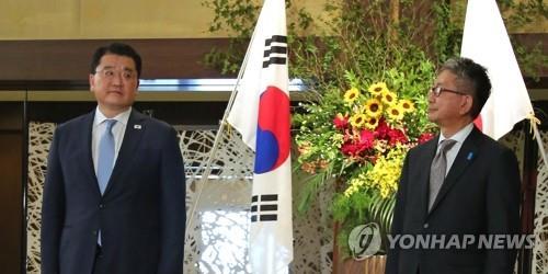资料图片:7月20日,在日本东京饭仓公馆,韩国外交部第一次官(副部长)崔钟建(左)和日本外务审议官森健良举行会谈前合影。 韩联社