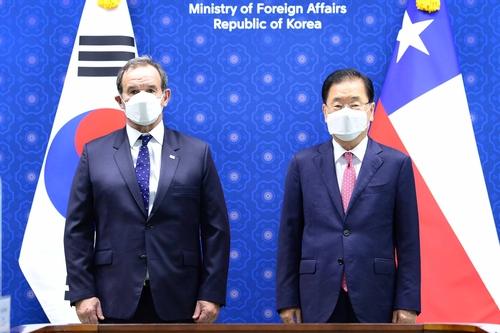 7月21日,外交部长官郑义溶(右)与智利外交部长安德烈斯·阿拉芒举行会谈。 韩联社/外交部供图(图片严禁转载复制)