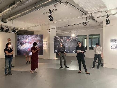 当地时间7月21日,在德国慕尼黑的画廊Super+CenterCourt,访客观看韩日艺术家企划展览。 韩联社