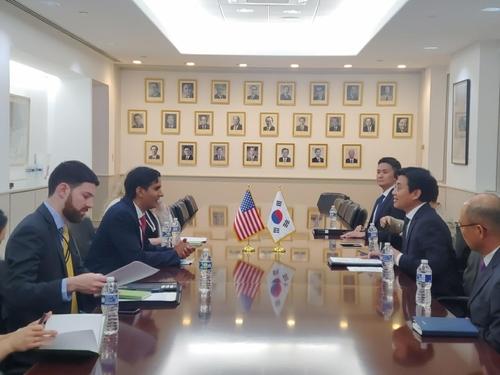 7月19日,在美国华盛顿,正在访美的外交部第二次官崔钟文(右中)同美国白宫国家安全委员会(NSC)副助卿达利普·辛格(左二)交谈。 韩联社/外交部供图(图片严禁转载复制)