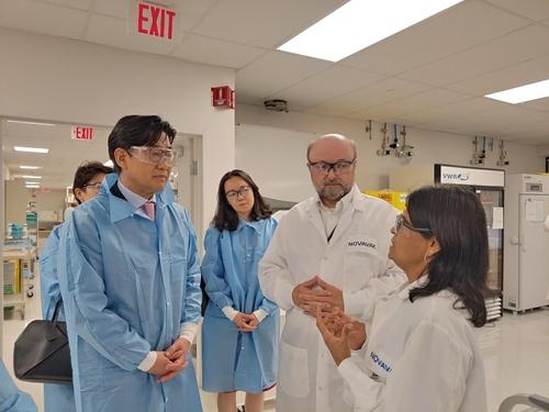 7月19日,在美国华盛顿,外交部第二次官崔钟文(左一)参观美国生物科技公司诺瓦瓦克斯研究室。 韩联社/外交部供图(图片严禁转载复制)