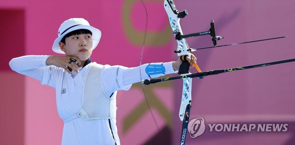 7月24日,在日本东京梦之岛公园,韩国射箭运动员安山在对战墨西哥的混合团体半决赛上开弓射箭。 韩联社