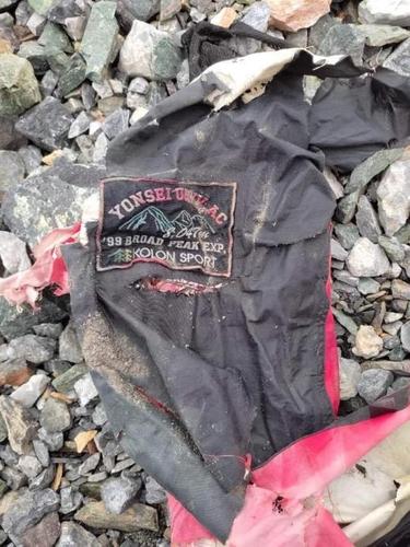 图为22年前失踪的韩国登山家许承宽(音)的遗物。 韩联社/巴基斯坦登山界供图(图片严禁转载复制)