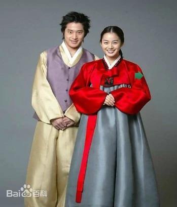 百度词条中朝鲜族服饰上传的韩国演员金泰希和李莞的韩服照。 百度百科截图(图片严禁转载复制)