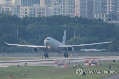 资料图片:7月20日下午,在京畿道城南市首尔机场,载有韩国海军第34批赴亚丁湾护航编队官兵的军机正在降落。 韩联社
