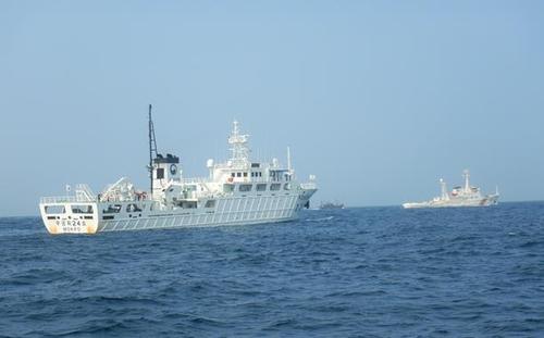 """韩国渔政船向中国海警移交""""辽丹渔26013""""号渔船。 海洋水产部供图(图片严禁转载复制)"""