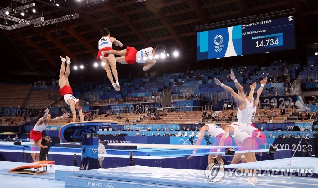 8月2日,在日本有明体操竞技场,韩国选手申在焕在东京奥运会男子跳马决赛中喜获金牌。图为申在焕完成跳跃动作。 韩联社