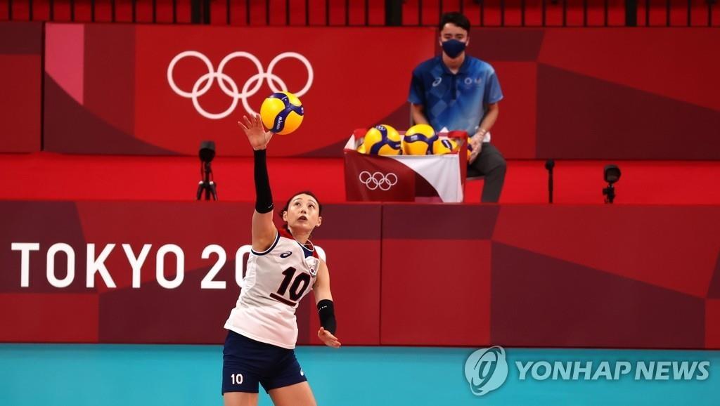 8月2日,东京奥运会女子排球预赛A组韩国对阵塞尔维亚的比赛在日本东京的有明竞技场进行。图为金软景发球。 韩联社