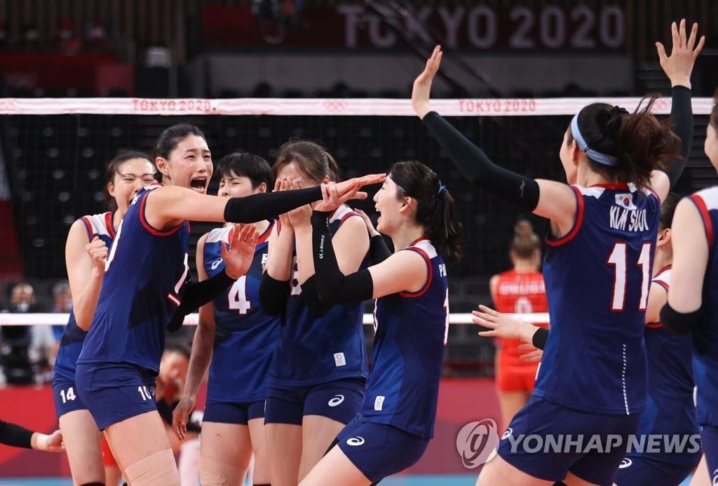 8月4日,东京奥运会女子排球八强赛韩国对阵土耳其的比赛在日本东京的有明竞技场进行,韩国队当天以3比2战胜土耳其。图为选手们庆祝胜利。 韩联社