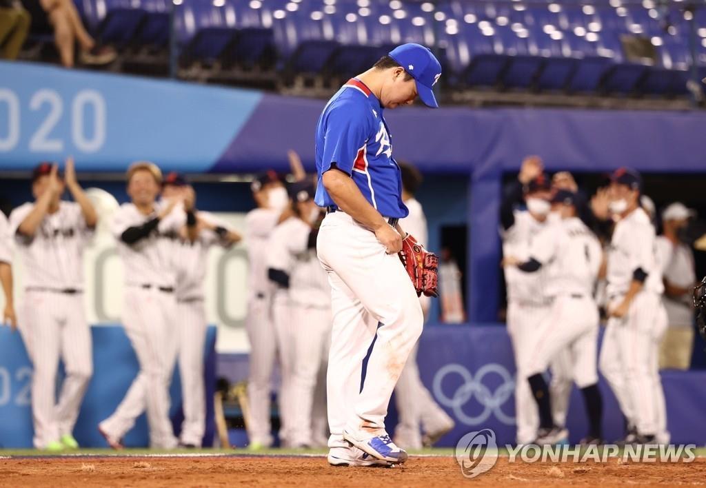 8月4日,东京奥运会棒球半决赛韩国对阵日本的比赛在日本横滨棒球场举行。韩国投手高祐锡失分后沮丧低头。 韩联社