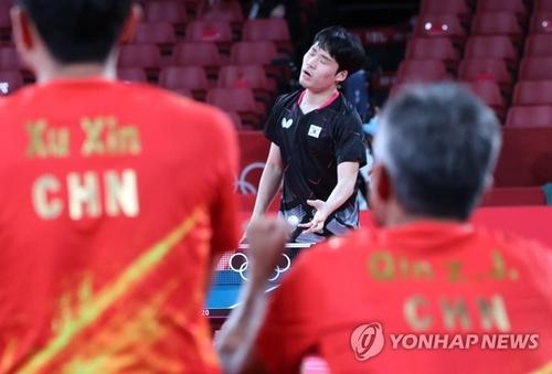 8月4日,在日本东京体育馆举行的东京奥运乒乓男团半决赛韩国对阵中国的比赛上,韩国队张禹珍在失分后一脸遗憾。 韩联社
