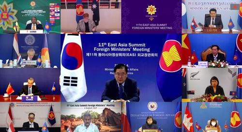 8月4日,韩国外长郑义溶(中)在线出席东亚峰会外长会议。 韩联社/外交部供图(图片严禁转载复制)