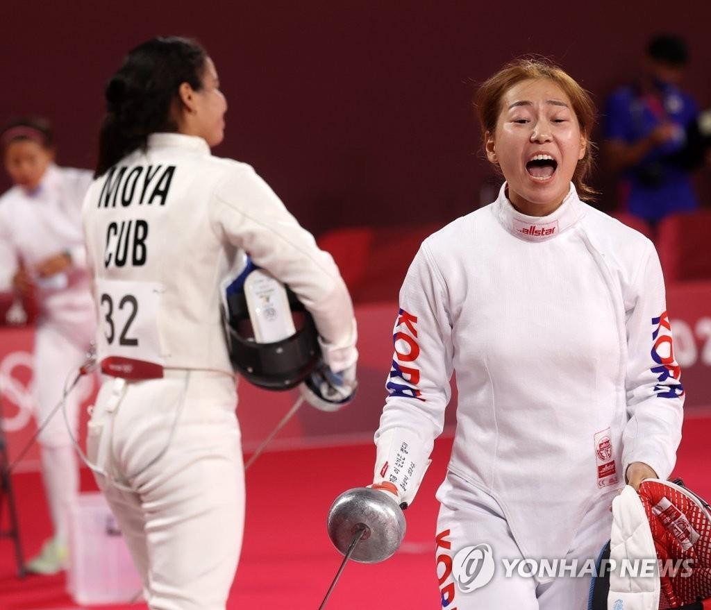8月5日,在日本武藏野之森综合体育广场进行的东京奥运会现代五项女子个人击剑排名赛中,韩国队金势熙在得分后欢呼。 韩联社