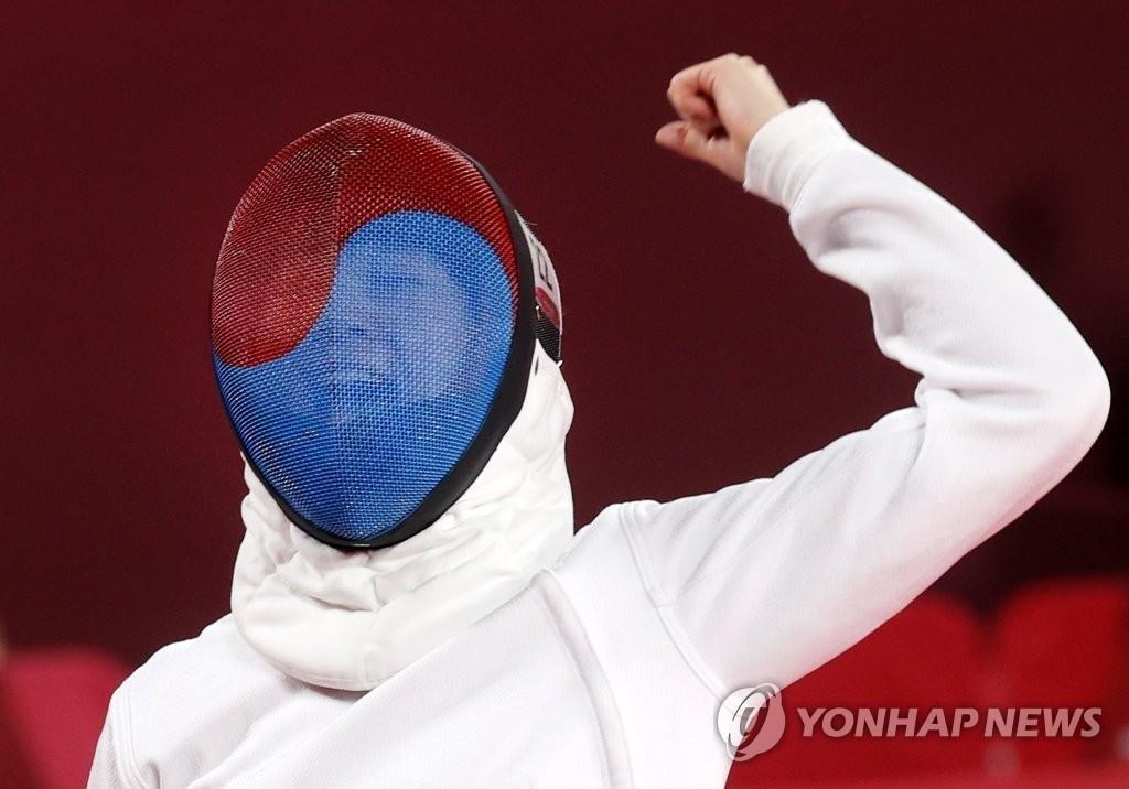 8月5日,在日本武藏野之森综合体育广场进行的东京奥运会现代五项女子个人击剑排名赛中,韩国队金善祐对阵厄瓜多尔运动员并在得分后欢呼。 韩联社