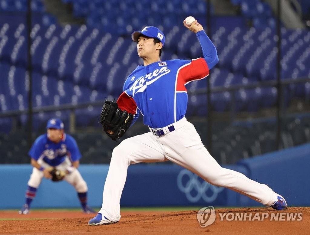 8月5日,在日本横滨棒球场举行的东京奥运棒球第三轮复活赛韩国对阵美国的比赛中,韩国队首发投手李义理奋力投球。 韩联社