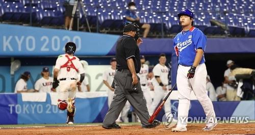 8月5日,东京奥运棒球第三轮复活赛韩国对阵美国的比赛在日本横滨棒球场举行。韩国队选手姜白虎(右一)被三振出局后满脸遗憾。 韩联社